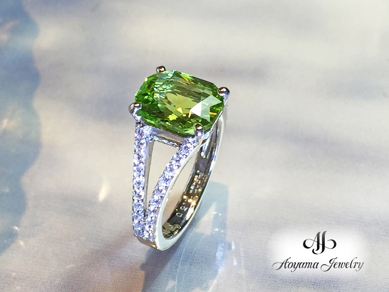サイドのダイヤモンドもアクセントのペリドットリング